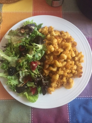 mac n cheeze, berry salad